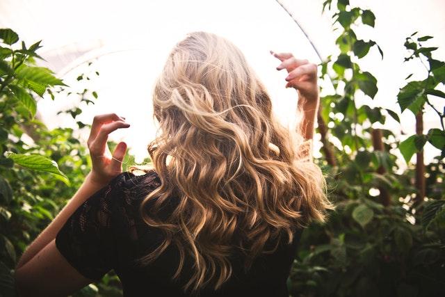 L'huile de ricin accélère la pousse des cheveux.